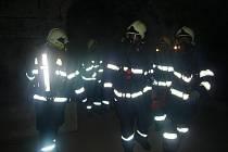 Chrudimští profesionální i dobrovolní hasiči společně cvičili pod Resselovým náměstím v Chrudimi.
