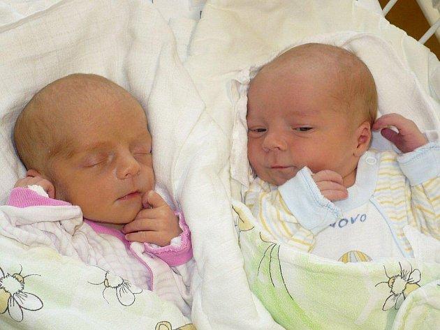SYLVIE A JAKUB BUREŠOVI. Dvojčátka z Mrákotína potěšila Šárku a Libora Burešovy 19. listopadu. Nejprve se v 8:48 narodila Sylvie s 1,97 kg a 43 cm, o minutku později ji následoval i 2,86 kg vážící a 47 centimetrů měřící Jakub.