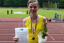 Úspěšná atletka Klára Bažoutová se takto nechala zvěčnit s medailí a diplomem za třetí místo v pětiboji mladších žákyň.