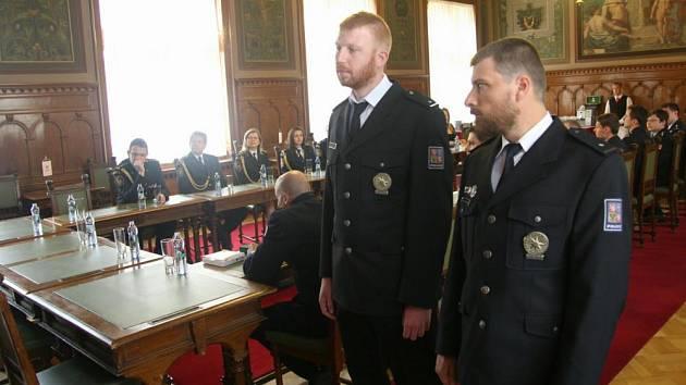 Poděkování v podobě Plakety HZS ČR za záchranu lidských životů při požáru bytu včera převzali také policisté Richard Vojáček a Jan Beránek.