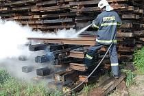 Hasiči neměli s požárem pražců větší potíže.