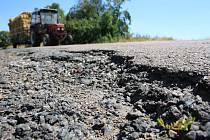 KATASTROFÁLNÍ stav okrsek na Chrudimsku. Podobně rozbitá je většina silnic v okolí Miřetic, konkrétně tento snímek je ze sousedního Smrčku.