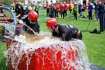 Při hasičských soutěžích se spotřebují až desítky krychlových metrů vody.