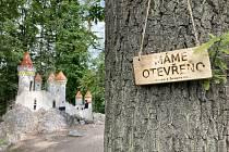"""Cedulky """"Máme otevřeno"""" provázejí turisty po geologicky zajímavých místech Železných hor. Jejich síť se stále rozšiřuje."""