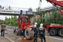 Jeřáb bagru zavadil při nehodě o mostek.