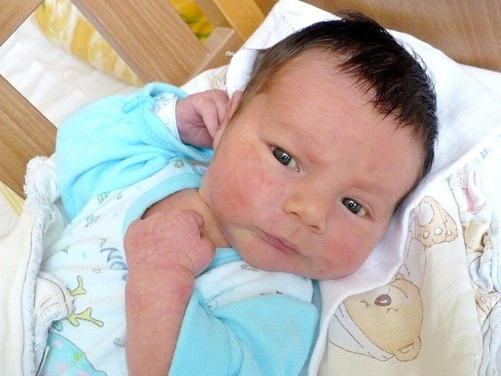 TOMÁŠ POLANSKÝ potěšil na sále rodiče Lenku a Petra Polanských z Mikulovic svým narozením 12. srpna v 10 hodin. S sebou si přinesl 3 620 gramů váhy a 51 centimetrů délky. Doma se na brášku těšil dvouletý Marek.