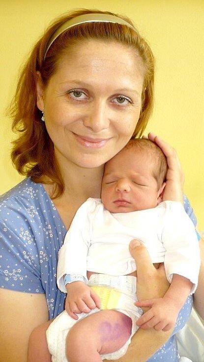 DAVID ROČEŇ je po 3,5letém Michálkovi dalším kloučkem v rodině Hany a Romana Ročňových z Hlinska. Rodiče se na sále radovali 11. srpna v 17:30 z jeho 3,2 kilogramu váhy a 49 centimetrů délky společně.