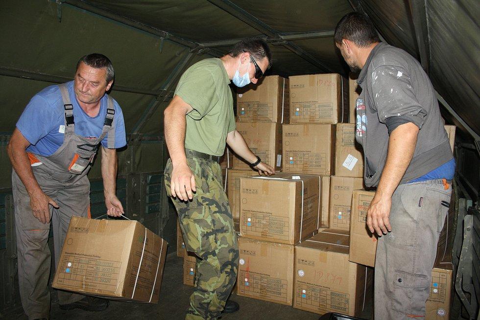 V pátek odpoledne dorazila zásilka do Hamzovy léčebny. Původně avizovaný milion roušek (viz jeden z dokumentů) byl snížen na 420 tisíc plus další materiál.