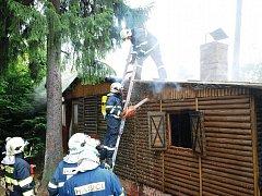 Hasiči bojovali v neděli 7. srpna 2011 s požárem rekreační chatky na Seči.