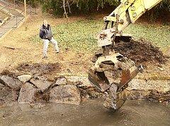 Kusadla bagru teď s citem sázejí jeden kámen vedle druhého do pravého břehu náhonu Chrudimky.