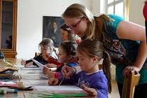 V rámci výstavy Experimenty připravily studentky hradecké univerzity výtvarnou dílnu pro děti Rodinný strom.