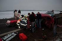Při srážce dvou škodovek mezi Kočím a Hrochovým Týncem se dva lidé zranili.
