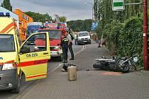 Motorkář havaroval za kruhovým objezdem u chrudimského Lidlu. Zranil sebe i spolujezdkyni.
