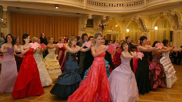 Velký sál Muzea v Chrudimi patřil v pátek 16. ledna maturantům z Obchodní akademie a jejich plesu.
