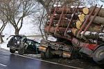 Hromadná srážka tří vozidel u Březovic na Chrudimsku.