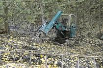 Voda teď náhonem neproudí a koryto je pokryté napadaným listím.
