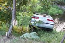 Řidič nezajistil vozidlo, to sjelo do potoka.
