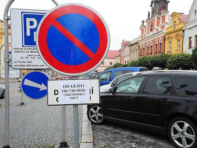 Na dopravní omezení již několik dní upozorňují značky s dodatkovými tabulkami.