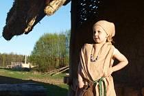 Na oppidu v Nasavrkách vrcholí přípravy slavnosti Lughnasadu. Podílí se na nich také Anstris, mladá dcera náčelníka Dianna (na snímku).