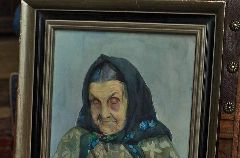 Stařenka na obraze v roce 2009 náhle zavřela oči.