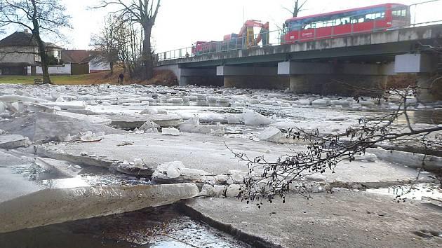 Bagr lámal kry na zamrzlé Doubravě