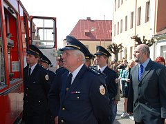 Ronovští dobrovolní hasiči slavnostně převzali od hasičské záchranné služby Pardubického kraje požární vozidlo Liaz.