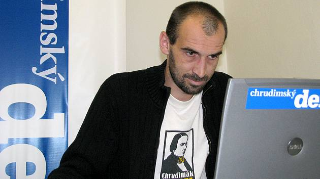 Starosta Chrudimi Jan Čechlovský odpovídá při on-line rozhovoru v redakci Chrudimského deníku.