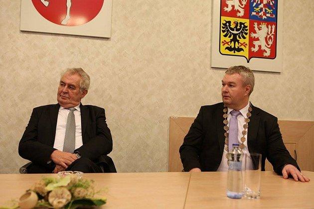 Prezident Miloš Zeman se vHlinsku setkal svedením města včele se starostou Miroslavem Krčilem (vpravo).