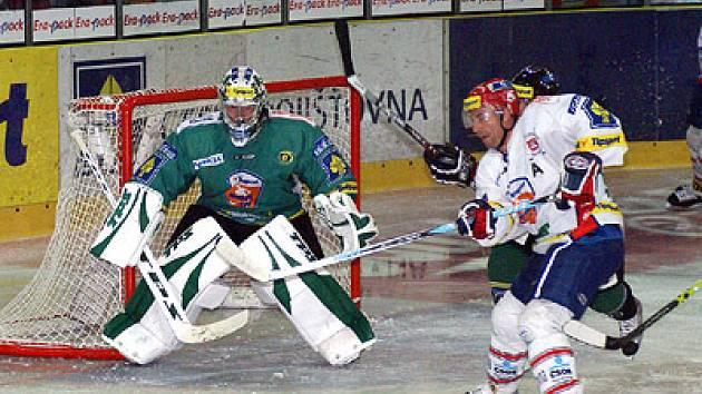 Vyrovnané finále mezi Pardubicemi a Karlovými Vary rozhodl úspěšný nájezd pardubického Pivka.