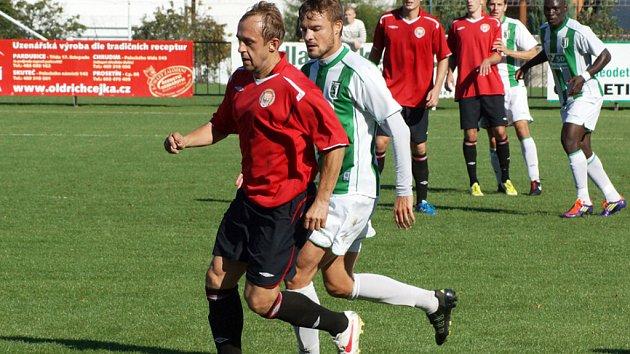 Radim Holub v dresu MFK Chrudim (v červeném).