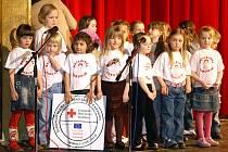 Malí školáčci z chrudimských mateřských škol  při přehlídce Chrudimská mateřinka vždy pobaví publikum.