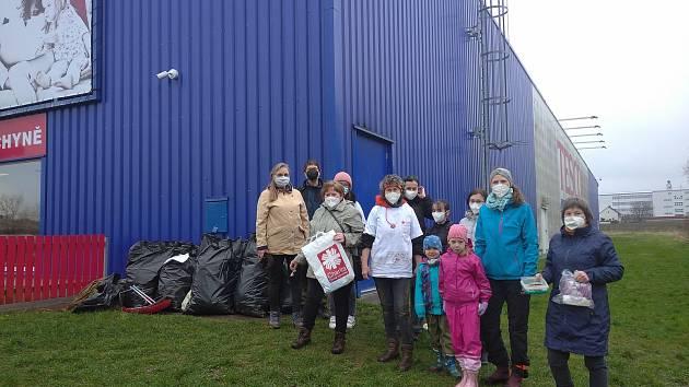 Dobrovolníci nasbírali šestnáct pytlů odpadků
