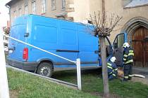 Rozjetá dodávka zavadila o chodkyni a nabourala zaparkované auto Škoda Fabia.