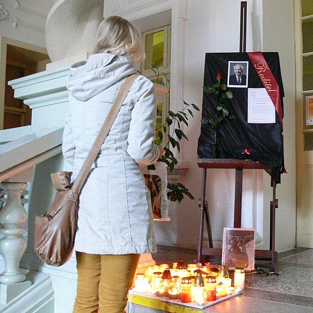 Lidé zapalují svíčky za Eduarda Beránka.