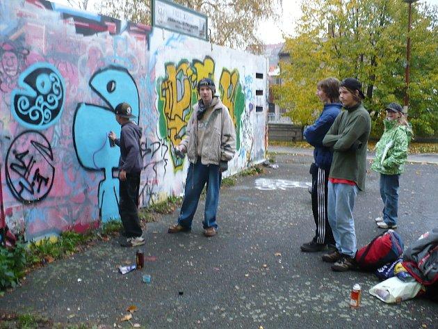 Dva sprejeři ze Svitav a jeden až z Prahy si přijeli zamalovat do Chrudimi na legální plochu.