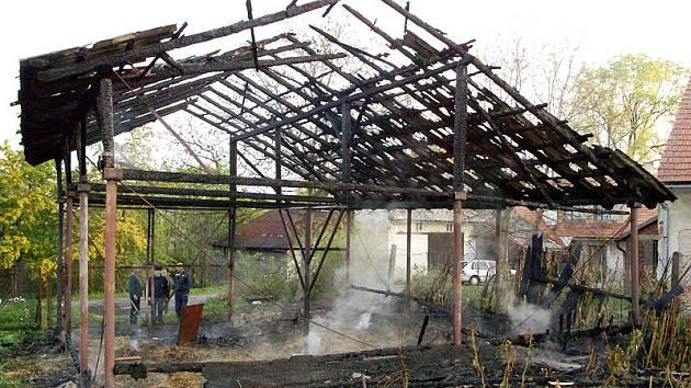 Ze stodoly v Podlíšťanech zbylo jen ohořelé torzo.