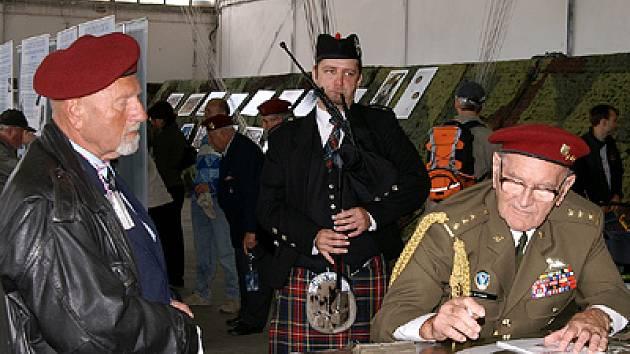Oslavy výročí výsadkářů na Chrudimském letišti.