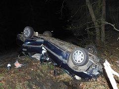 Auto v Míčově-Sušici skončilo na střeše.