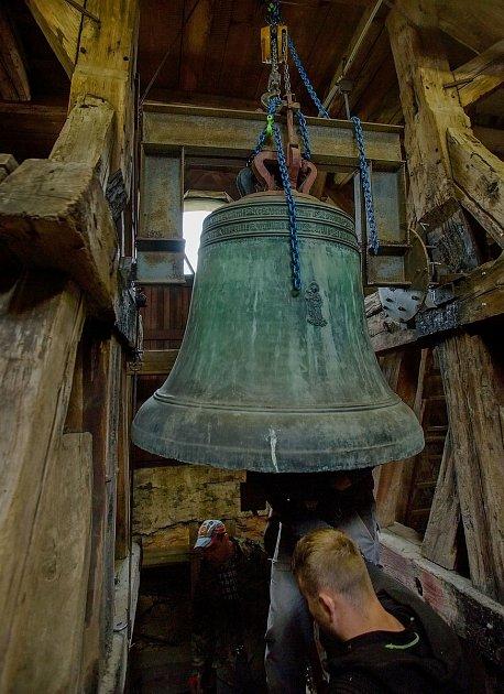 Nový zvon dostal jméno Panna Maria. Jeho předchůdce po pěti stech letech dosloužil, ale ve sběru neskončí. Bude vystaven na zahradě ukostela.