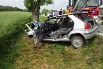 Na silnici I/37 u Drahotic mezi Slatiňany a Nasavrky řidič nezvládl řízení a s autem Škoda Felicia vyjel ze silnice a narazil do stromu.