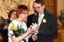 NOVOMANŽELÉ KRATOCHVÍLOVI si datum sňatku zvolili záměrně 29. února. Tak ať jim přinese štěstí!