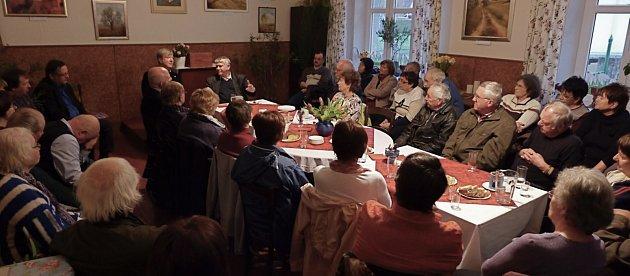 Beseda sVáclavem Malým, bývalým disidentem a římskokatolickým biskupem zaplnila faru až kprasknutí.