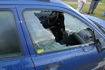 Policie šetří vloupačky do aut, zloděje zajímají autorádia a navigace.