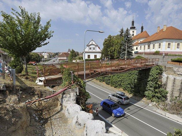 Staveniště nové lávky v Hrochově Týnci.