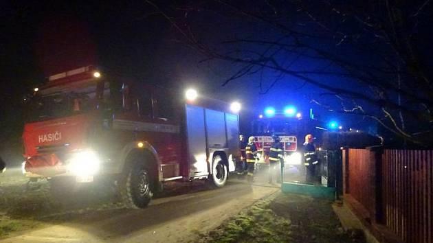 U požáru chatky zasahovalo několik jednotek hasičů.
