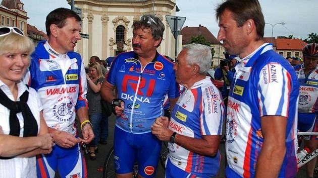 Charitativní cyklotour přivezl do Heřmanova Městce na vysokém kole Josef Zimovčák.