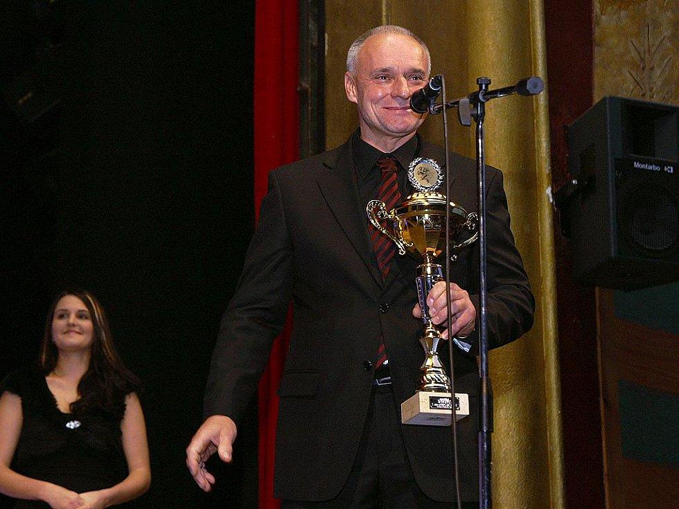 Josef Macháček s trofejí pro Nejúspěšnějšího sportovce Chrudimska roku 2009 v kategorii jednotlivci dospělí.