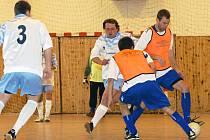 Vedoucí celek FK Saller Sport Slatiňany (v tmavých trenýrkách) se docela zapotil, než otočil skóre ve svůj prospěch v duelu s posledním týmem FK Real Trpišov.