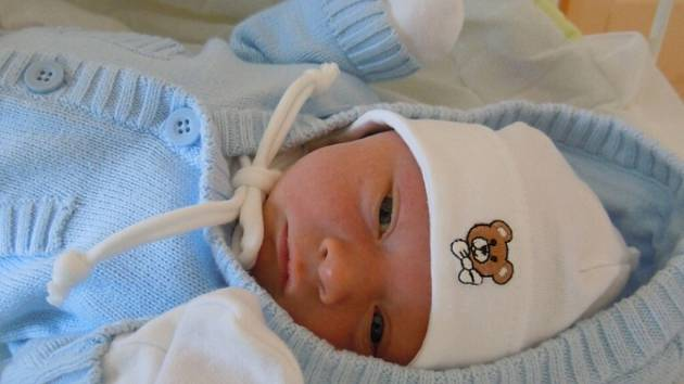 VOJTĚCH KOCOUREK (2,92 kg a 48 cm) se narodil 17.9. v 9:56. S tátou Lukášem a mámou Terezou Kocourkovými bude bydlet v Heřmanově Městci.