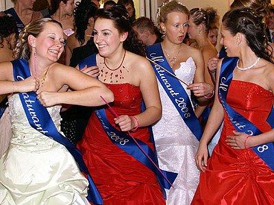 Třídy 4.A i 4.B Střední školy zdravotnické a sociální v Chrudimi se na maturitním plesu v Muzeu bavili společně.